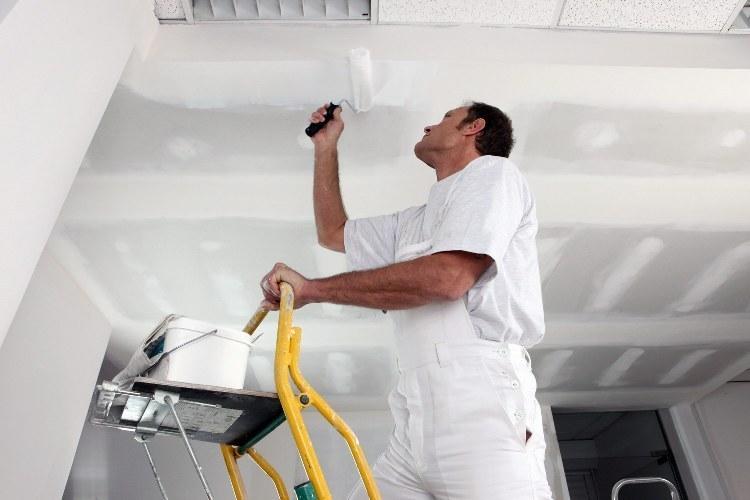 Как грунтовать потолок перед покраской