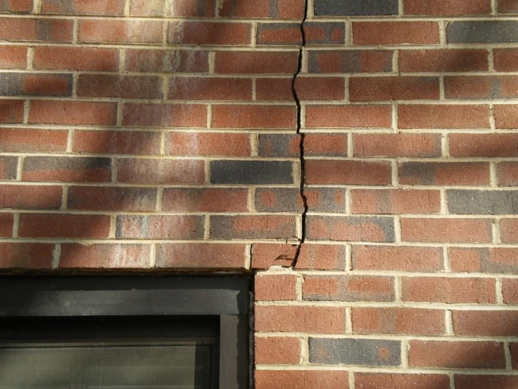 Трещины в стенах кирпичного дома: причины и устранение
