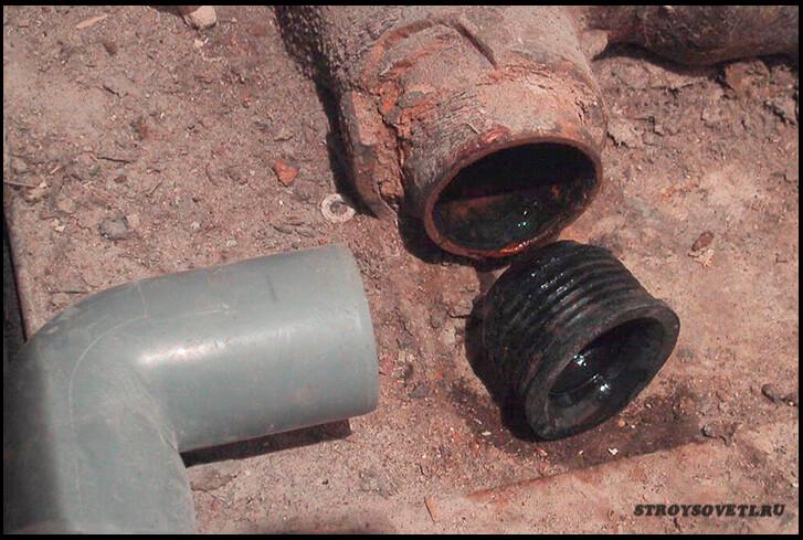 соединение пластиковой канализационной трубы с чугунной
