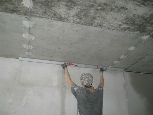 Как выровнять потолок под плитку